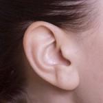 耳たぶのしこりが痛い原因はピアス? 何科に行けばいい?